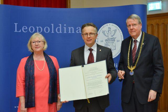The presentation of the membershop certificate (f.l.t.r.): Prof. Dr. Jutta Schnitzer-Ungefug, Secretary General Leopoldina, Prof. Dr. Volker Springel, HITS, Prof. Dr. Jörg Hacker, President, Leopoldina Photo: Markus Scholz / Leopoldina