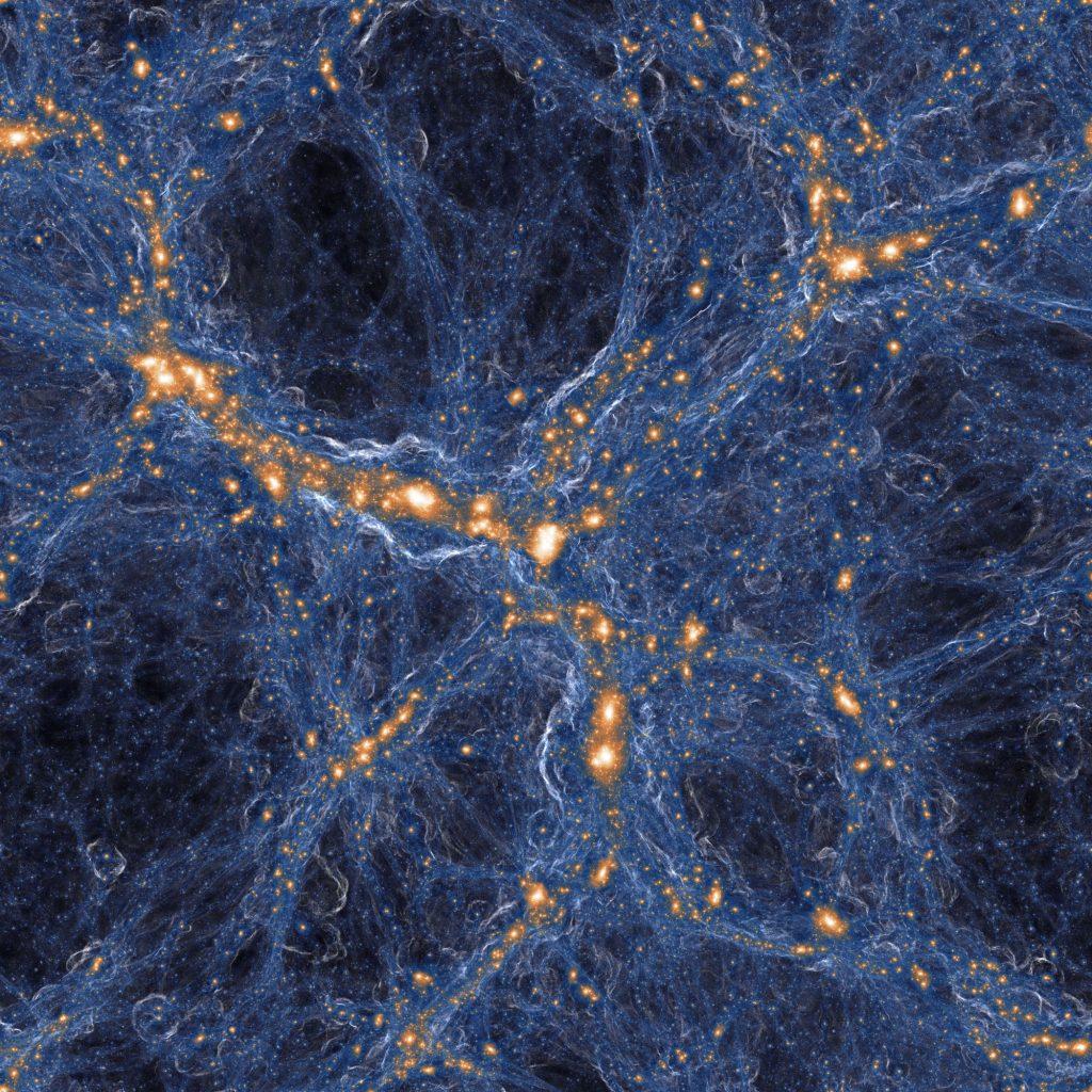 Visualisierung der Stärke von Stoßwellen im kosmischen Gas (blau) um die kollabierten Strukturen aus dunkler Materie (in orange/weiß). Wie bei einem Überschallknall wird das Gas in diesen Stoßwellen beim Einfall auf die kosmischen Filamente und Galaxien ruckartig beschleunigt. Bild: IllustrisTNG